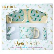 Baby set i melamin dino print från Rice hittar du hos hallon collection